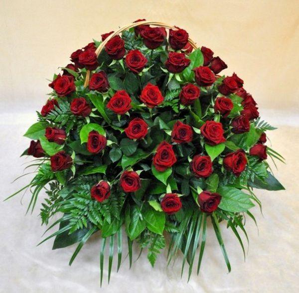 Корзина из живых цветов на похороны к2